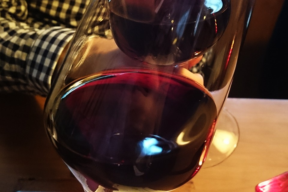 proosten in wijnbar