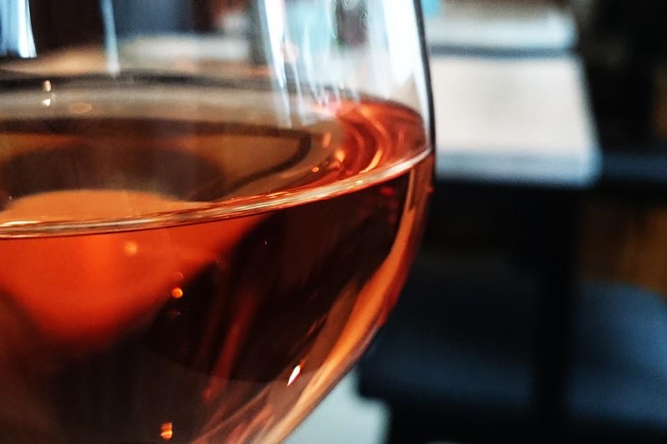 wijnglas in wijnbar rose