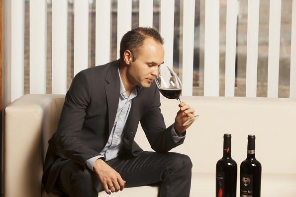 Andres Iniesta proeft wijn
