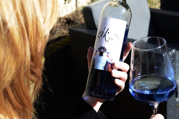 fles blauwe wijn