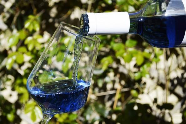 inschenken blauwe wijn gik