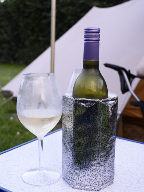 camping wijn op tafel
