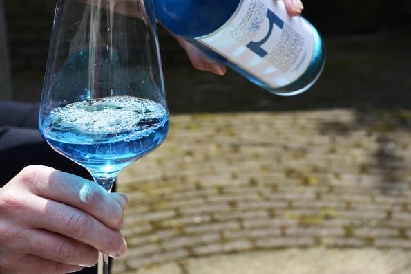 inschenken blauwe wijn vino azul