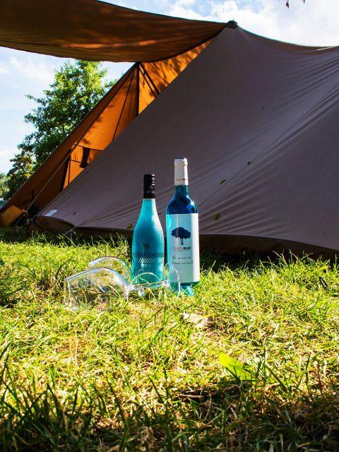 blauwe wijn bij tent
