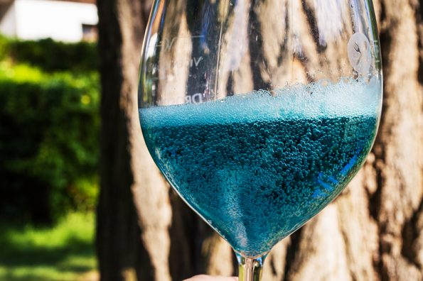 blauwe wijn bubbels in glas